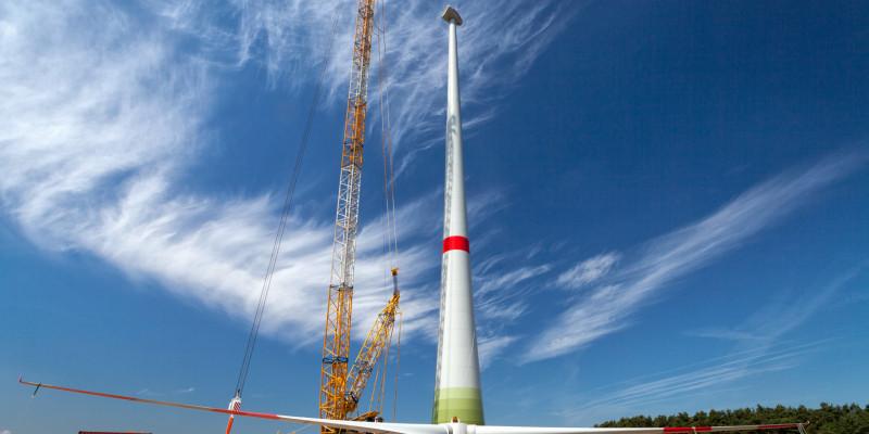 Eine Windkraftanlage im Bau.