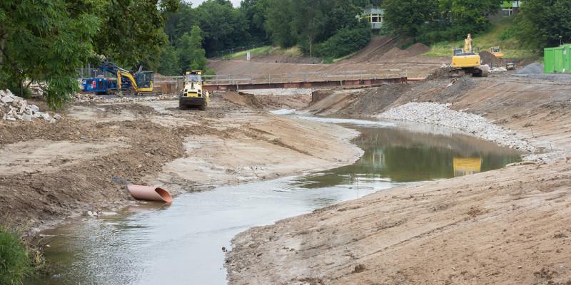 Baugeräte in einem Fluss
