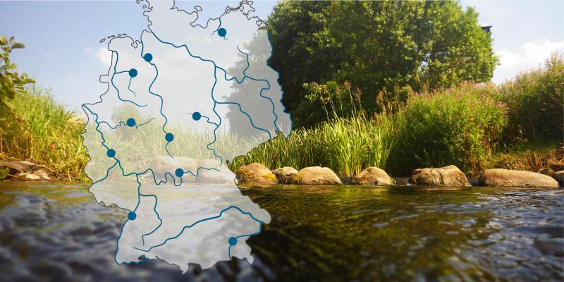 Ein renaturiertes Gewässer und eine Deutschlandkarte