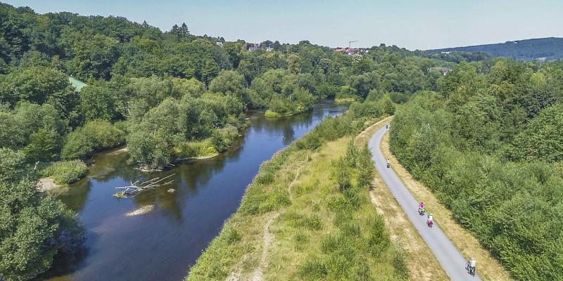 Die renaturierte Ruhr bei Neheim mit einem Fahrradweg