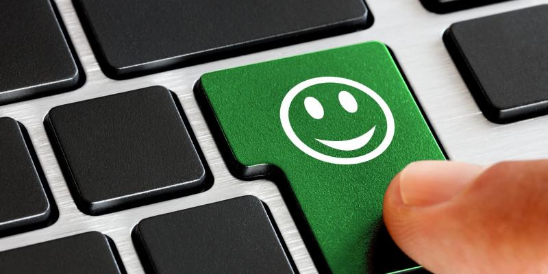 Eine Tastatur mit einem grünen Smiley.
