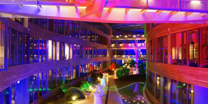 Das Atrium des UBA-Hauptgebäudes in Dessau ist in ein buntes Licht gehüllt. Anlass ist das 40 Jahre UBA-Fest.