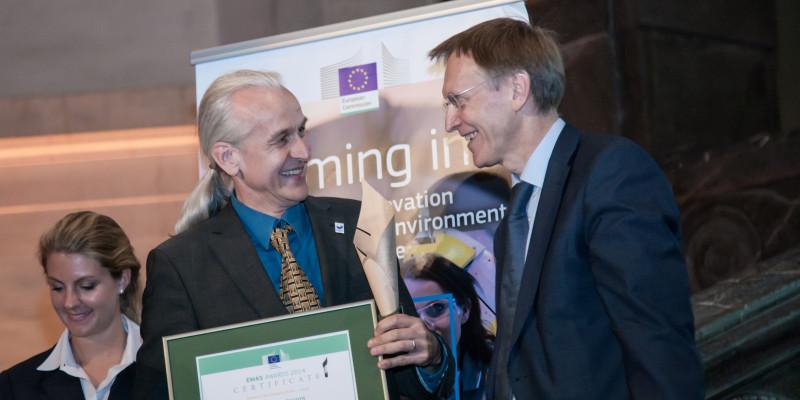 EU-Umweltkommissar Potočnik überreicht Herrn Huckestein vom UBA eine EMAS-Urkunde