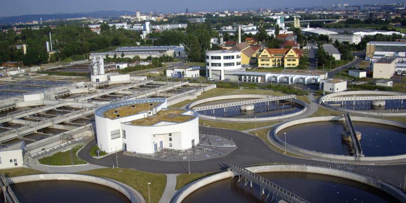 Eine Entwässerungsanlage mit der Stadt Dresden im Hintergrund
