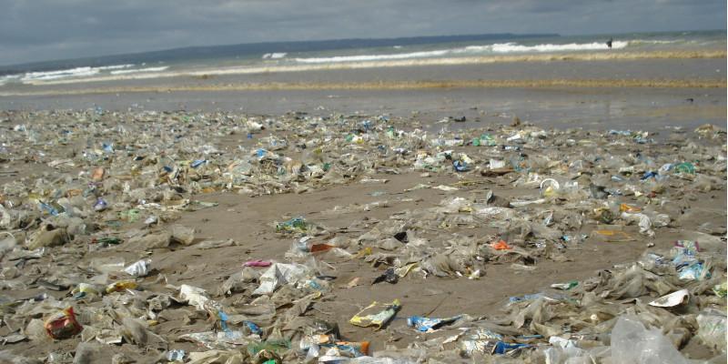 Ein Strand, an dem Unmengen Plastikmüll angespühlt wurde.