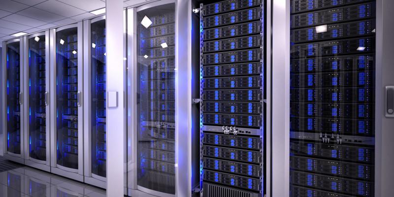 Mehrere Server sind zu sehen, die sich in Schränken gestapelt befinden.