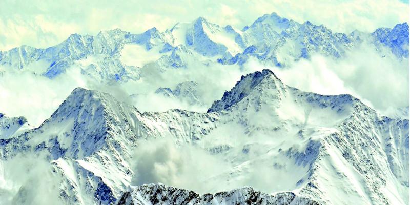 Schneebedeckte Berge mit Wolken.