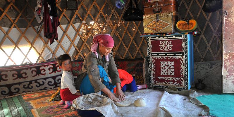 Nomadin knetet Teig auf einer Decke