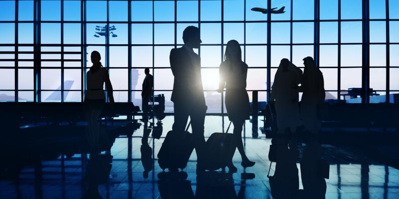 Geschäftsreisende in einem Flughafenterminal.