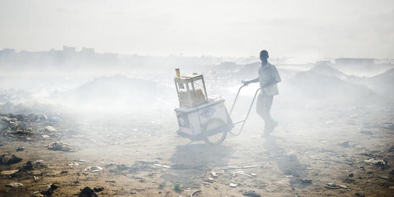 Mann auf der Mülldeponie von Agbogbloshie in Ghana