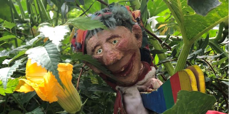 Kaspar-Puppe in Blumen