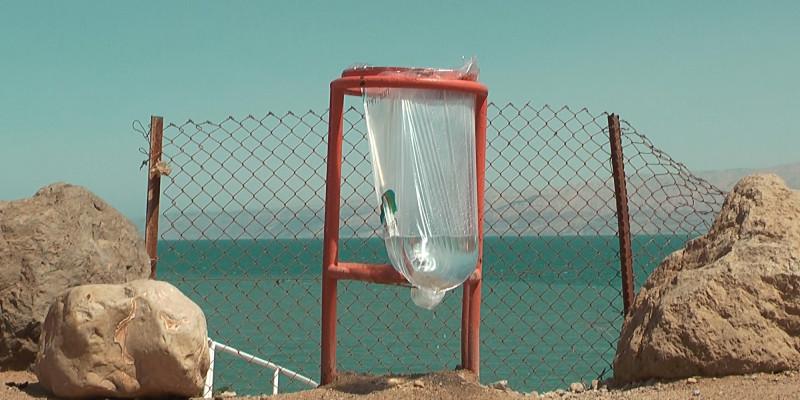 Plastikmüllbeutel am Meer