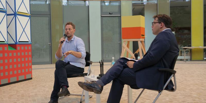 Zwei Männer sitzen im UBA-Forum
