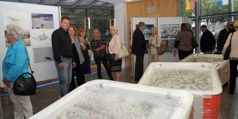 Zuschauer und Gäste betrachten die Kunstwerke der Ausstellung