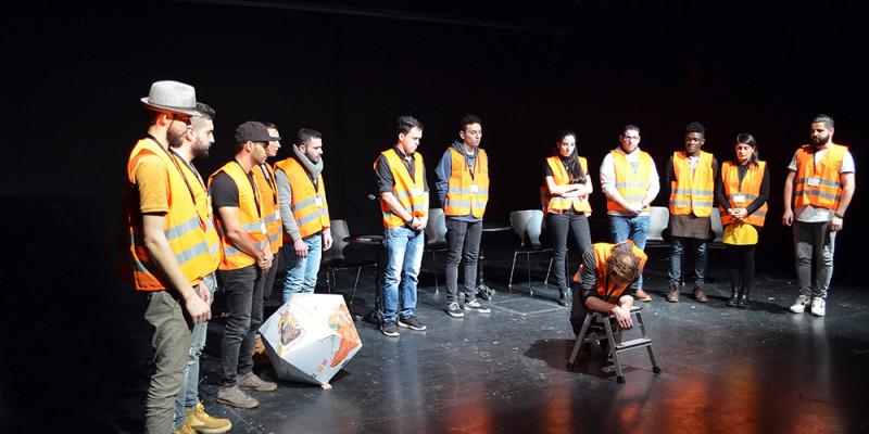 Künstlergruppe auf der Bühne