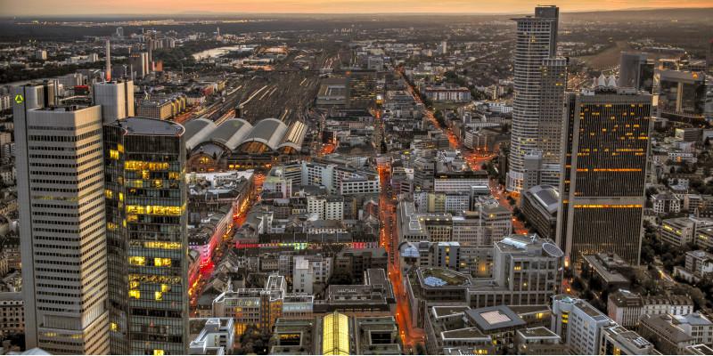 Skyline einer Großstadt von oben, abends, Hochhäuser, Straßen, Schienen