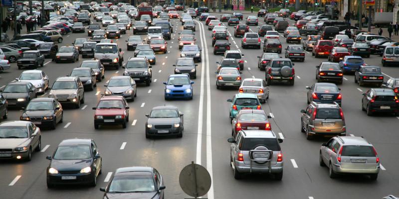 Viele Autos auf stark befahrender Straße in der Innenstadt