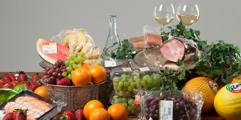 Stillleben: verschiedenes Obst, Gemüse und Fisch in Plastik verpackt wie im Supermarkt