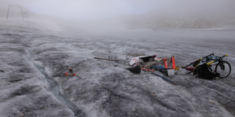 Schlechtwetter auf der Zugspitze. Kleiner Abfluss von Schmelzwasser. Nebel im Hintergrund.