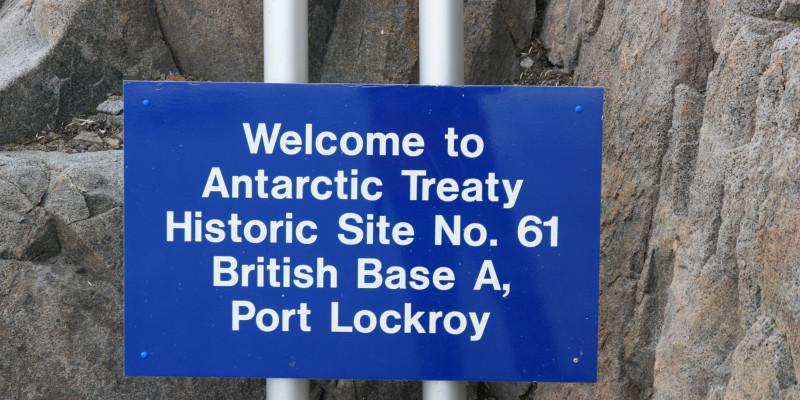 Ein Schild weist darauf hin, dass sich hier das historische Gebiet, Port Lockroy, befindet.