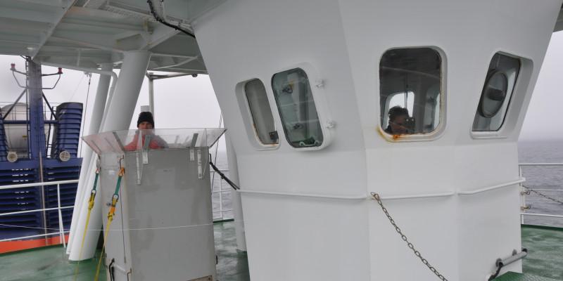 Das Krähennest des Forschungsschiffes Polarstern ist durch eine Person besetzt.