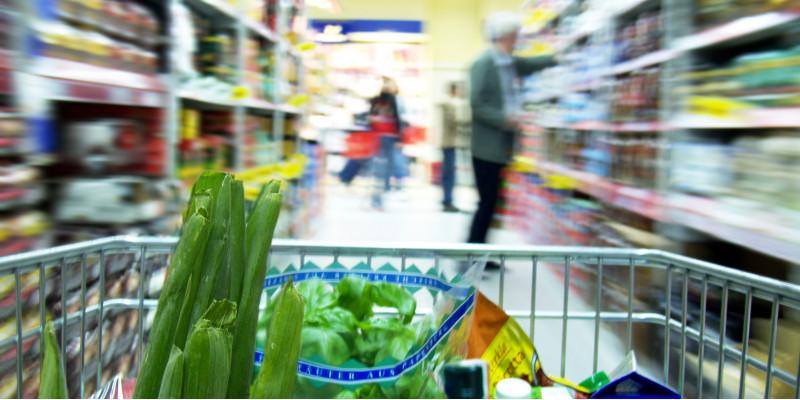 Einkaufswagen im Supermarkt mit Gemüse