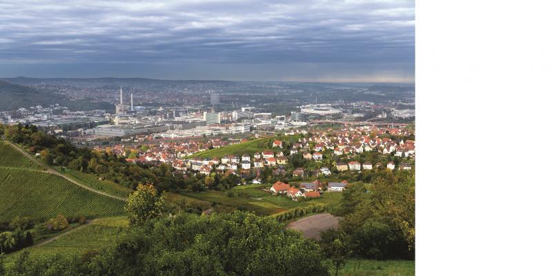 Das Bild zeigt den Blick in den Talkessel von Stuttgart hinein. Im Bildvordergrund sind Weinberge und Waldstücke zu erkennen, die Siedlungs- und Gewerbeflächen sieht man im Mittel- und Hintergrund.