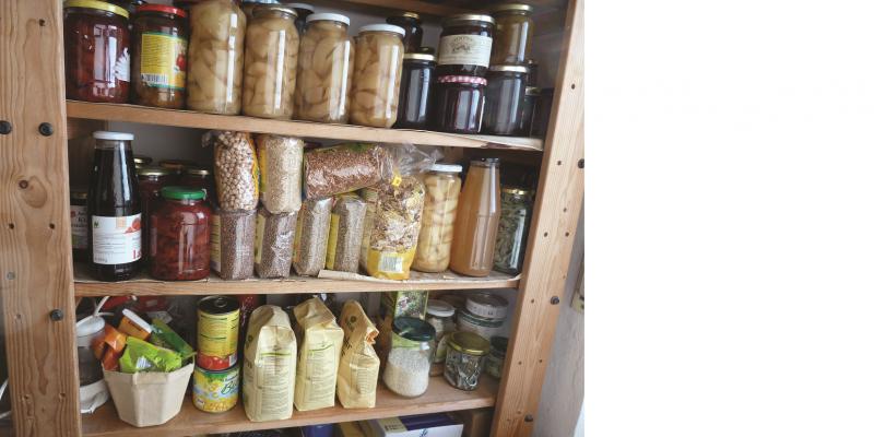 Das Bild zeigt eine mit Vorräten bestückte Speisekammer.