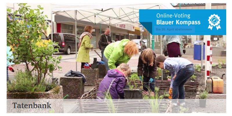 Die Grafik hat den Titel: Online-Voting Blauer Kompass und zeigt Erwachsene und Kinder beim gärtnern in der Stadt