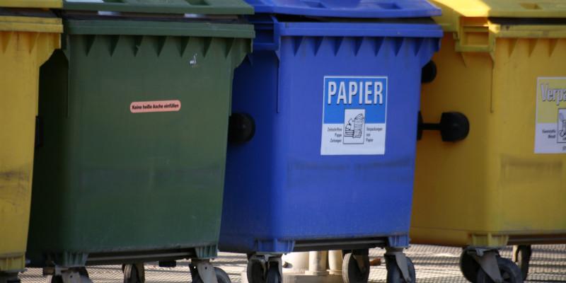 Verschiedene große Mülltonnen