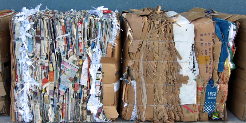 Gebündeltes Altpapier und Pappkartons