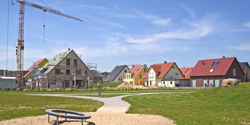 In einer Neubausiedlund wird ein neues Haus gebaut