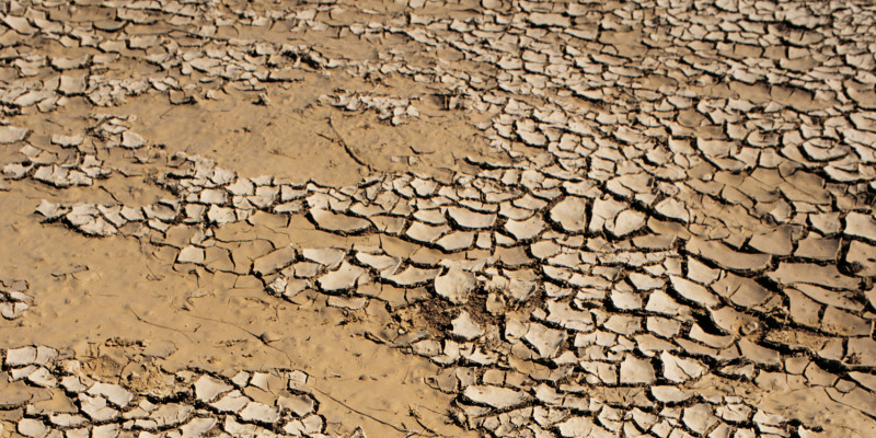 Trockener, gerissener Boden