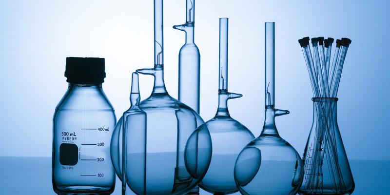 Leere Glaskolben und -gefäße im Labor