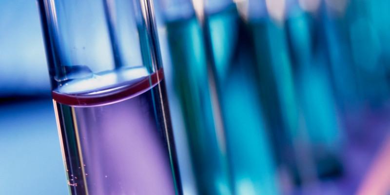 Reagenzgläser mit violetter Flüssigkeit