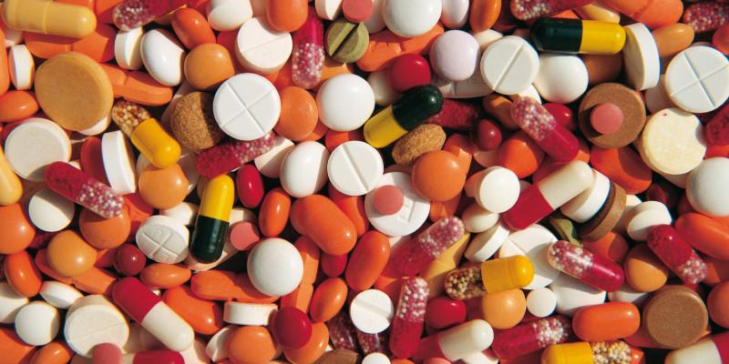 verschiedene bunte Tabletten und Pillen von oben fotografiert