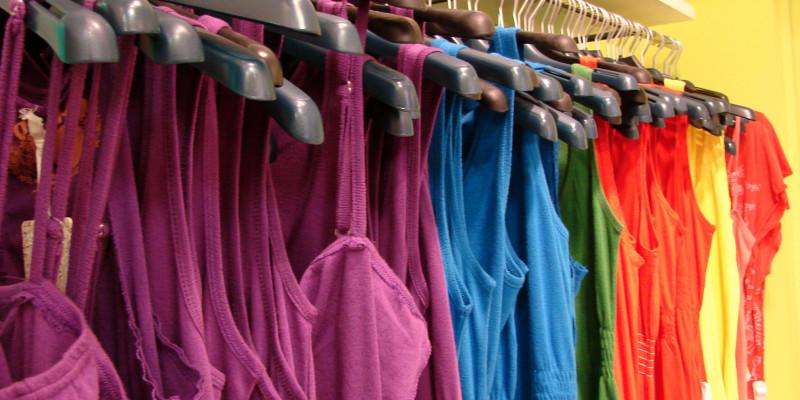 Kleiderstange mit bunten Kleidern