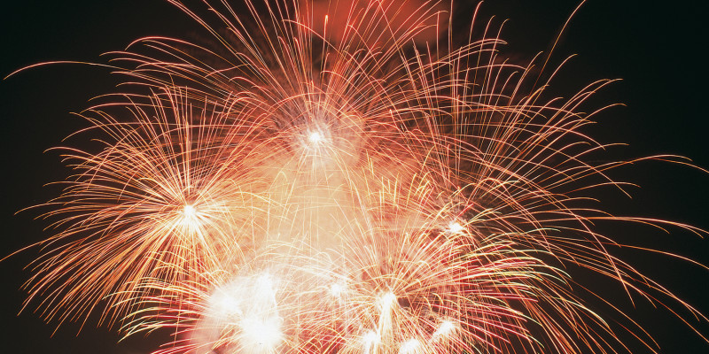 rot-gelbes Feuerwerk vor nachtschwarzem Himmel