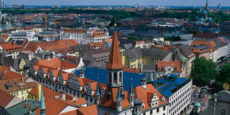 Stadtteil mit vielen Häusern, von denen man vor allem die Dächer sieht