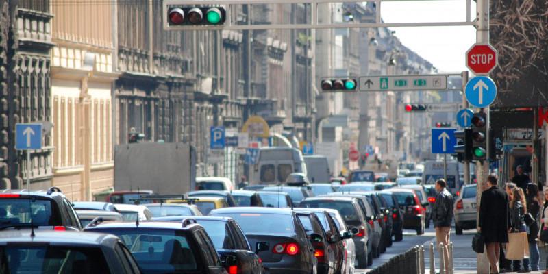 Verkehrsstau in der Großstadt. Ampeln auf grün, aber nichts geht mehr.