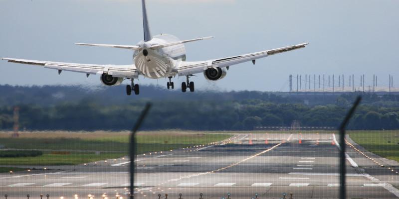 Passagierflugzeug im Landeanflug an einem Flughafen