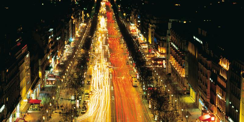 große Hauptverkehrsstraße hell beleuchtet bei Nacht