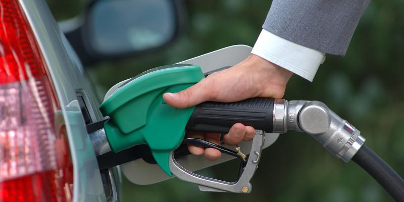 Ein Mann tankt Benzin