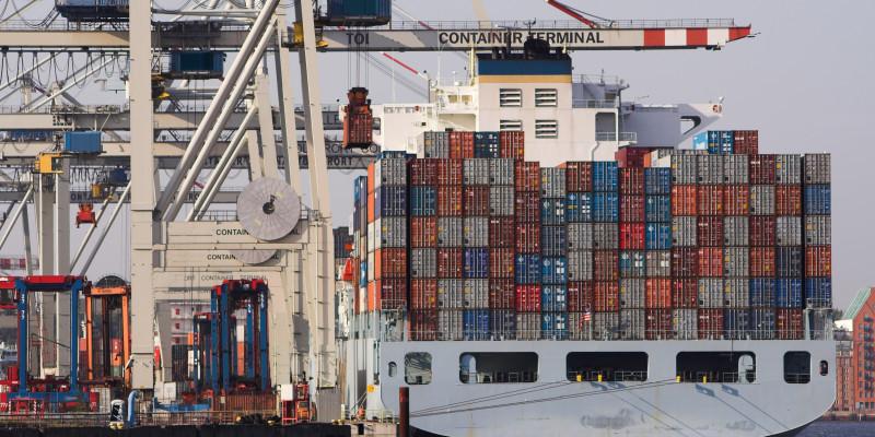 Containerschiff im Hafen