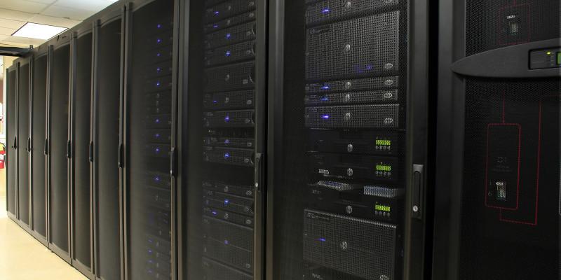 Eine Reihe von schwarzen Serverschränken