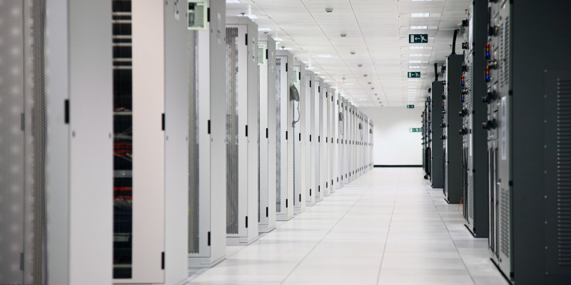 Ein Raum mit Reihen von Serverschränken