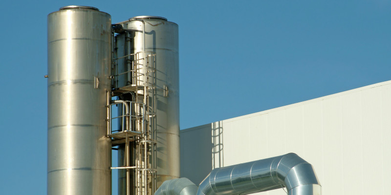 Verchromte Rohren und Installationen einer Industrieanlage