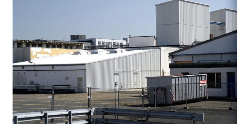 Eine eingezäunte Industrieanlage