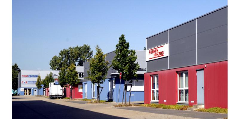 Gebäude verschiedener Unternehmen in einem Gewerbegebiet