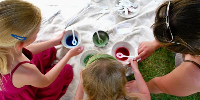 Kinder malen mit Wasserfarben